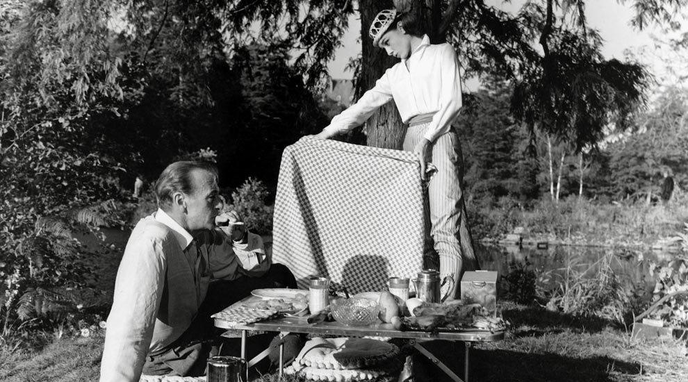 Audrey Hepburn de picnic en un rodaje junto a Gary Cooper.