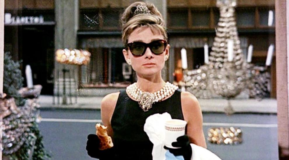 """Audrey Hepburn encarnando a Holly Golightly en """"Desayuno con..."""