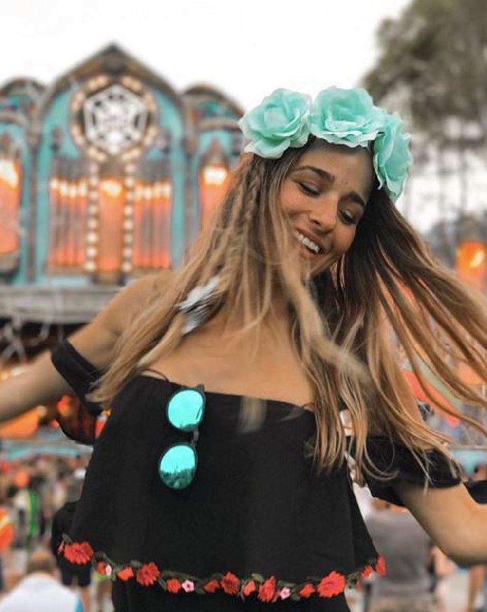 La youtuber Sylvia Salas con corona de flores y maquillaje natural en...