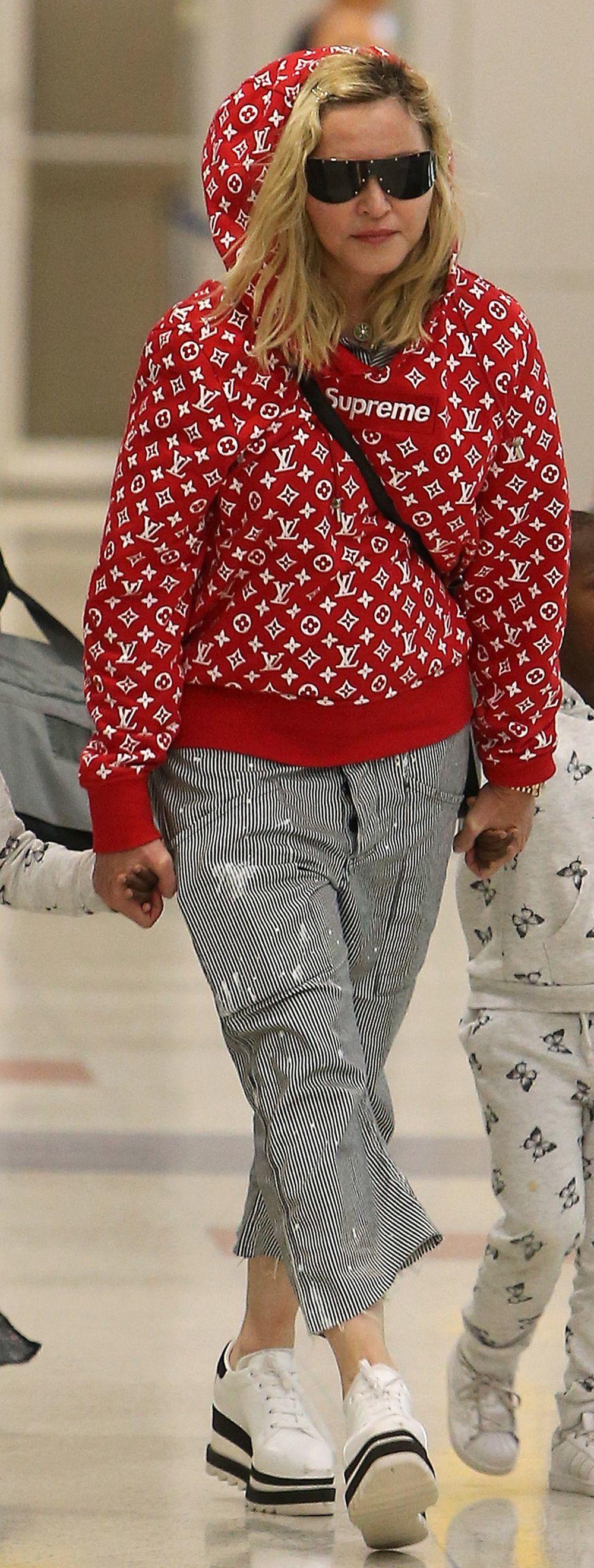 Madonna con una sudadera Supreme x Luis Vuitton