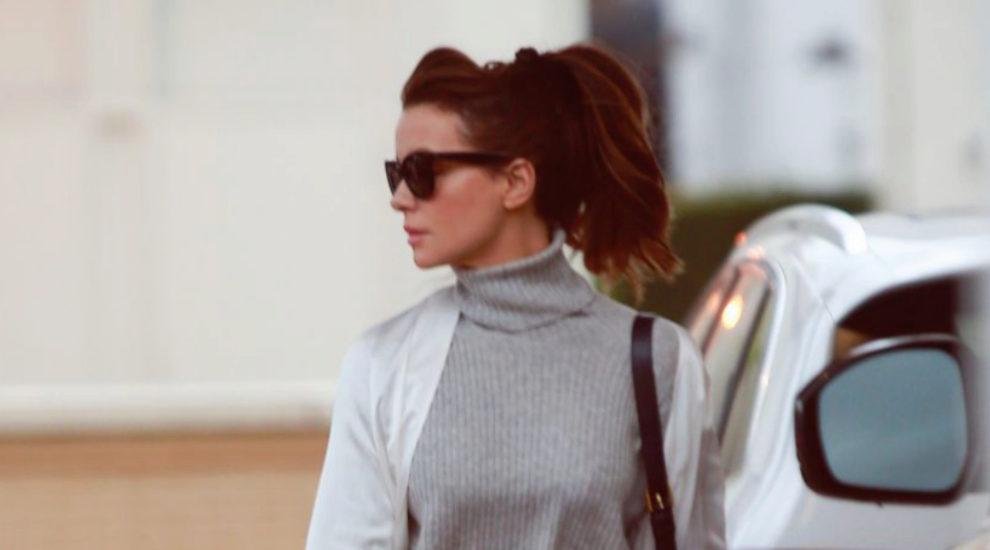 Kate Beckinsale con un scrunchie negro con coleta que acompaña su...