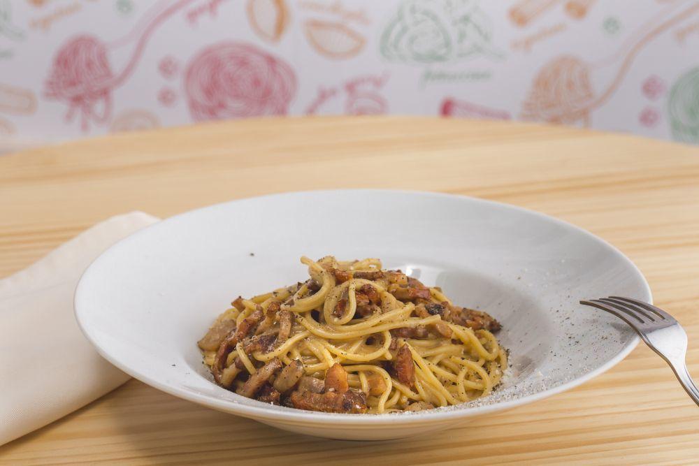 Spaghetti carbonara con huevos guanciale y parmigiano reggiano rallado