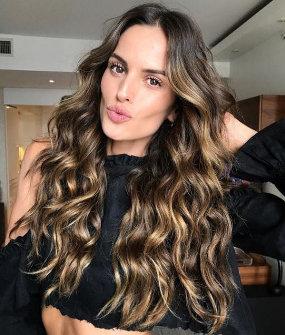 La top model Izabel Goulart luciendo su melena con mecha balayage