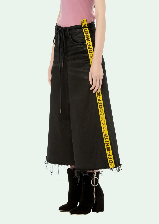 Pantalones culottes denim en negro con la cinta en amarillo a ambos...