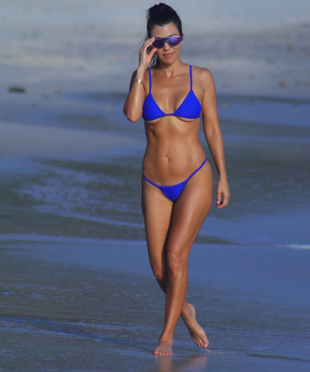 Kourtney Kardashian luciendo tipazo en la playa.