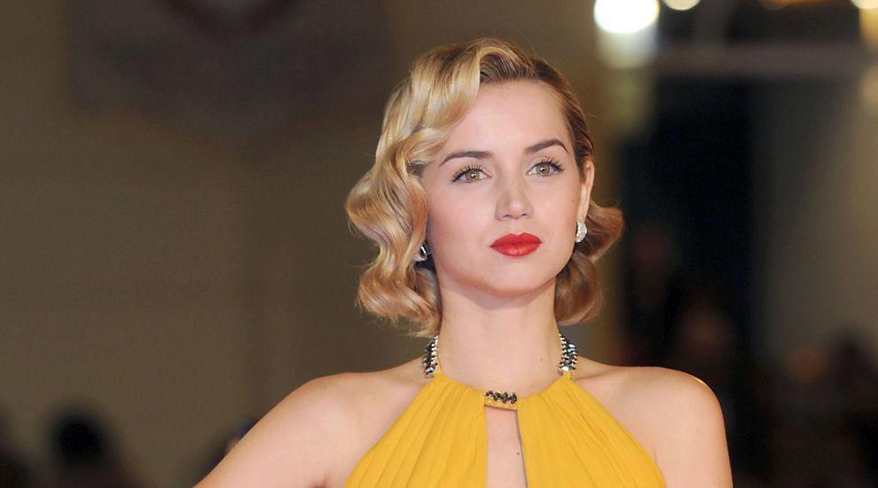 La actriz también se atreve con ondas retro, melena rubia y labios...