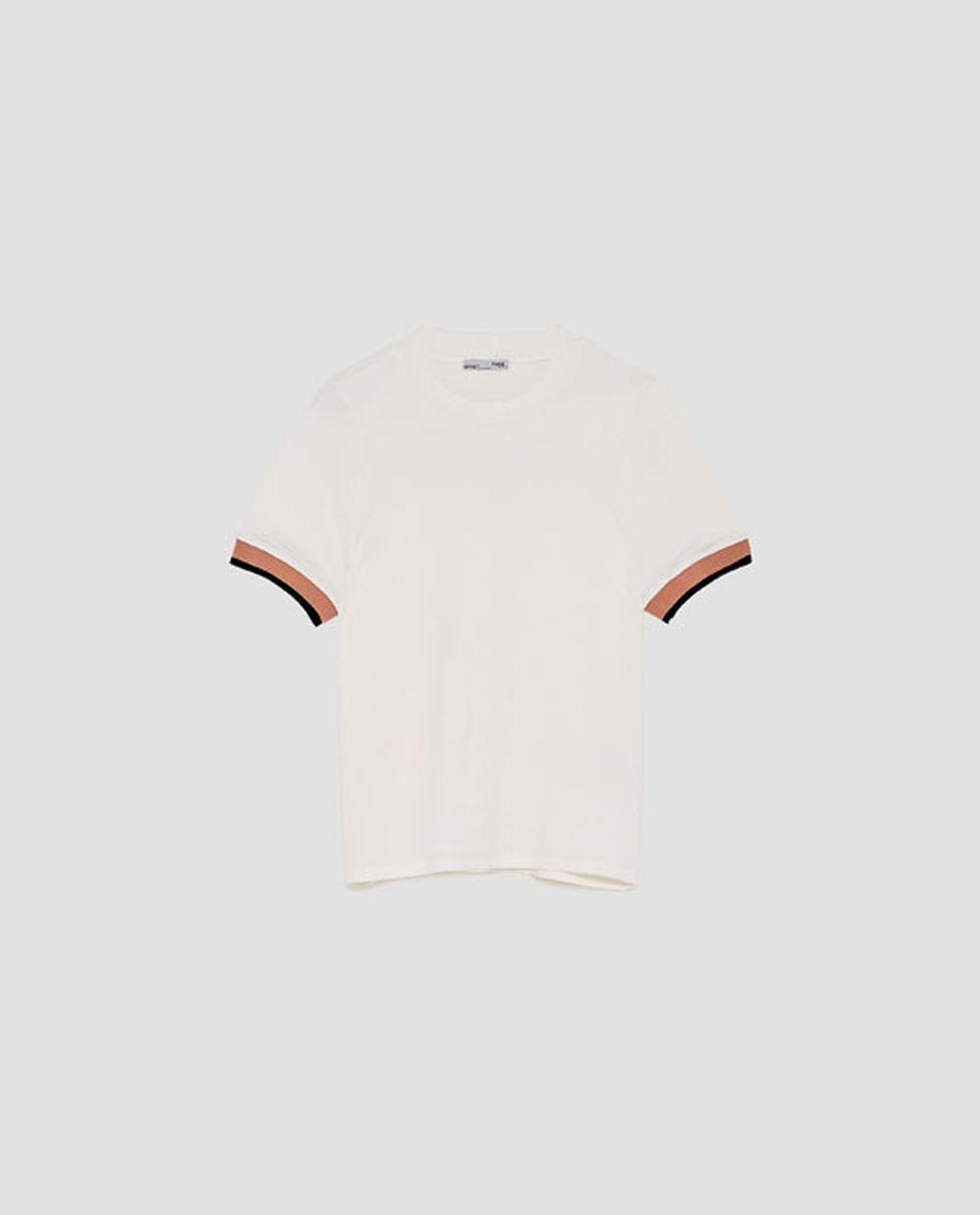 Camiseta blanca con ribete (12,95 euros).