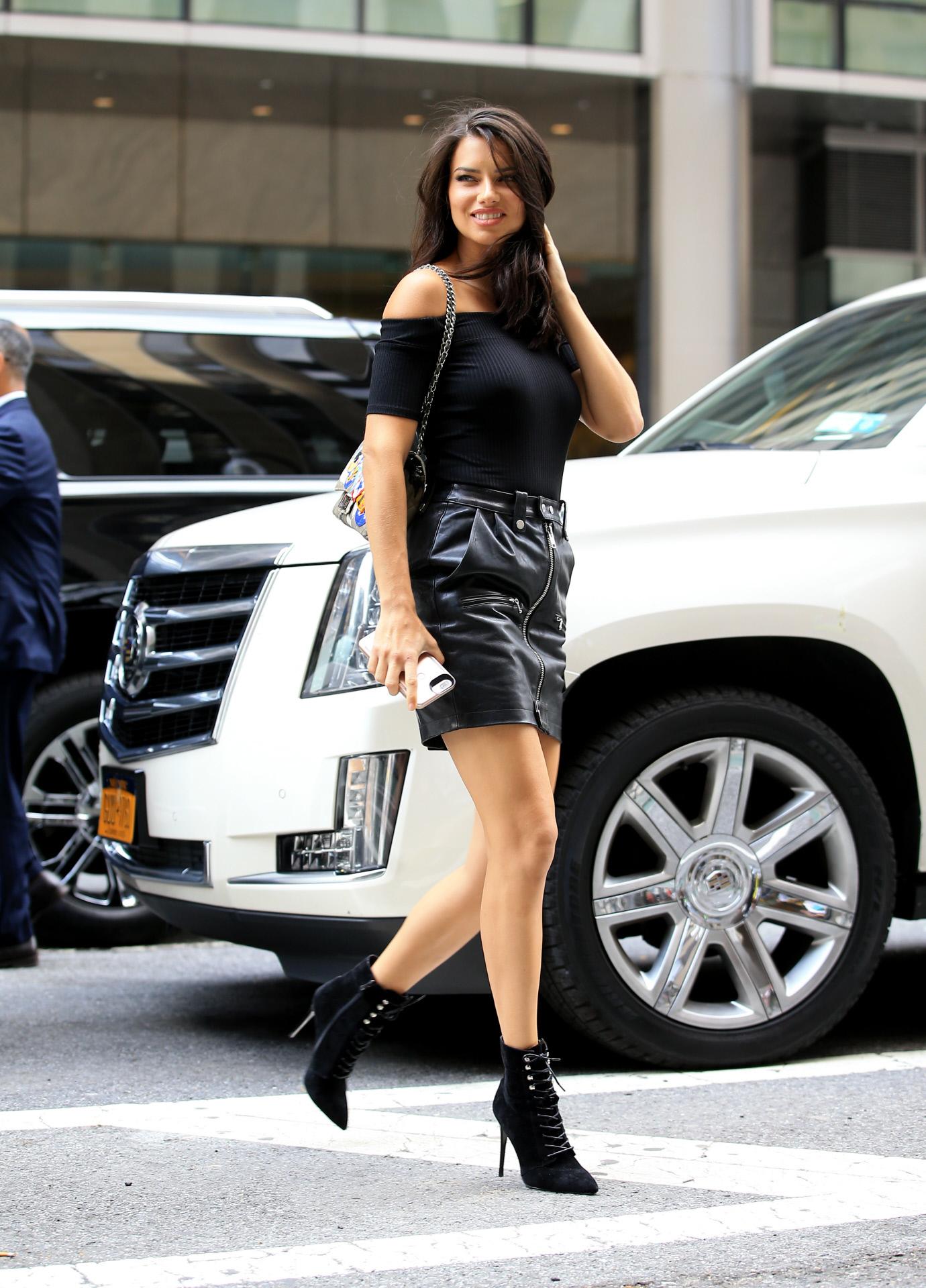 La modelo Adriana Lima protagoniza el look del día.