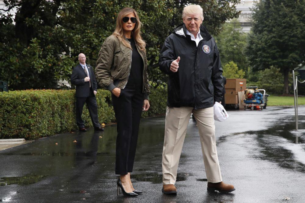 Melia Trump con una chaqueta bomber verde militar en Texas