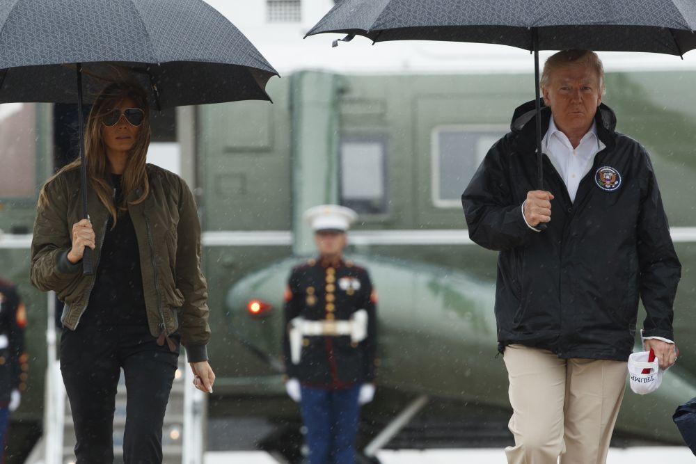 Melia Trump con un total look negro para su visita a Corpus Christi...