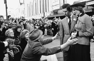 Diana en su primera visita a Gales, en 1981, junto al príncipe...