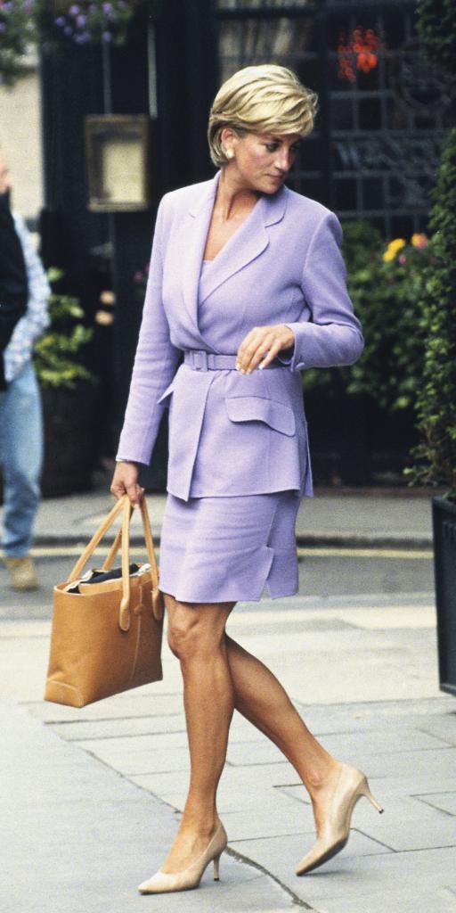 Diana de Gales en el barrio de Mayfair, en Londres, en 1997, con traje...