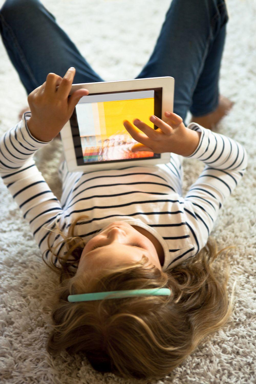 Una niña usa una tableta.