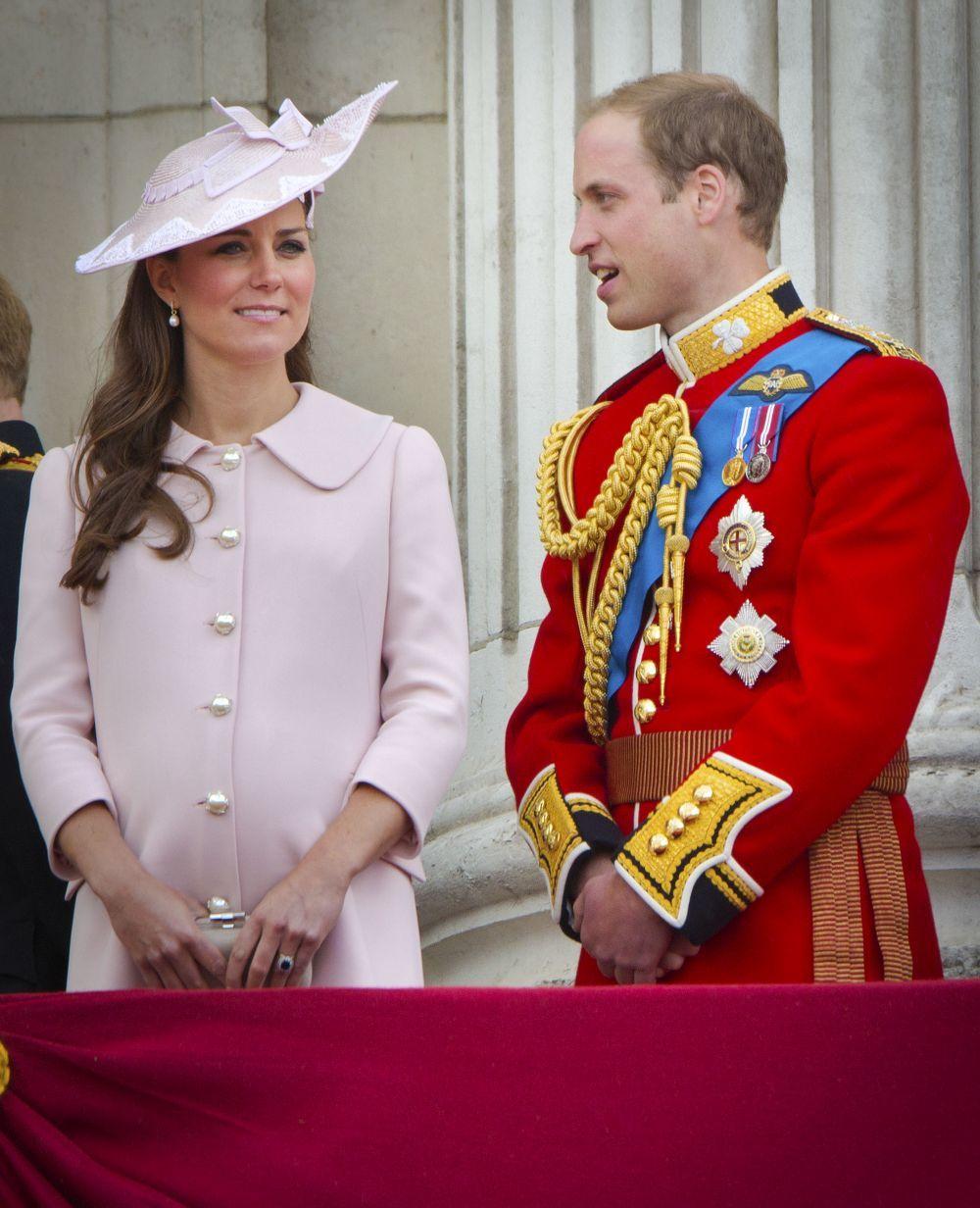 Kate Middleton luciendo un abrigo del diseñador Alexander McQueen con...