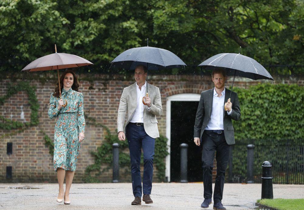 Kate Middleton junto a Guillermo y Enrique de Inglaterra en el White...