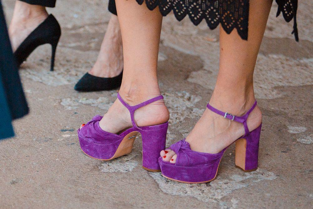 Las sandalias con plataforma seguirán dando que hablar este mes.