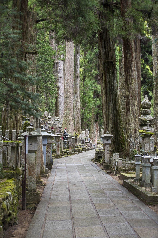 El mausoleo del monje Kukai (Kobo Dashi) detrás del templo de las...