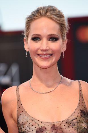 La actriz optó por un recogido muy sutil y un maquillaje discreto,...