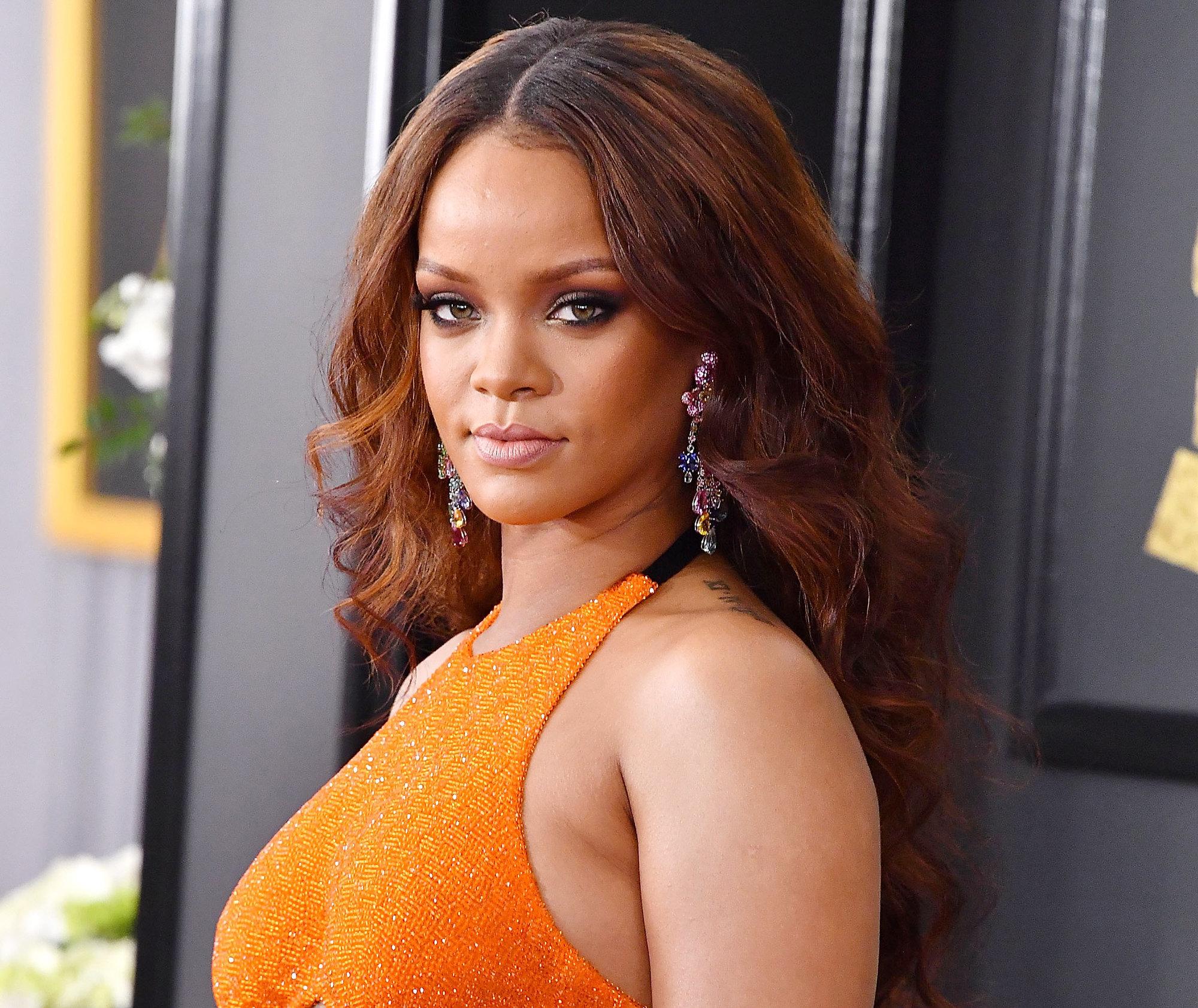 Rihanna luce un pelo brillante y sano, de la raiz a las puntas, a...