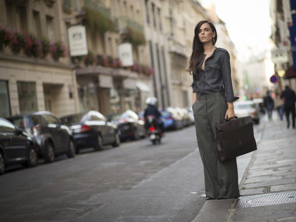 La influencer Evangelie Smyrniota con bolso maletín