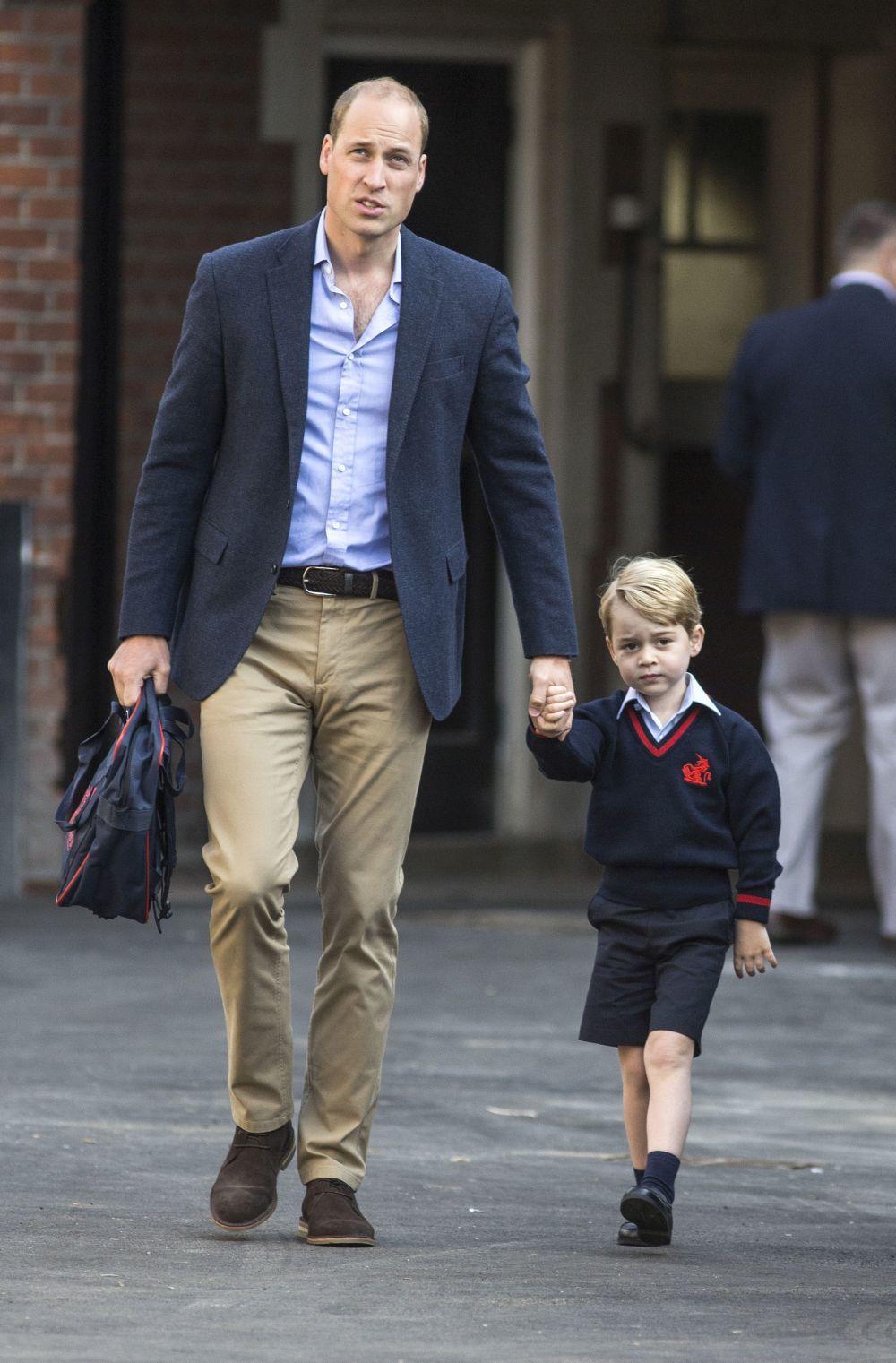 Guillermo de Inglaterra junto al príncipe George en su primer día de...