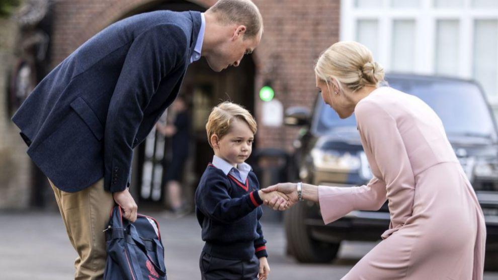 El príncipe George es recibido en su primer día de colegio.
