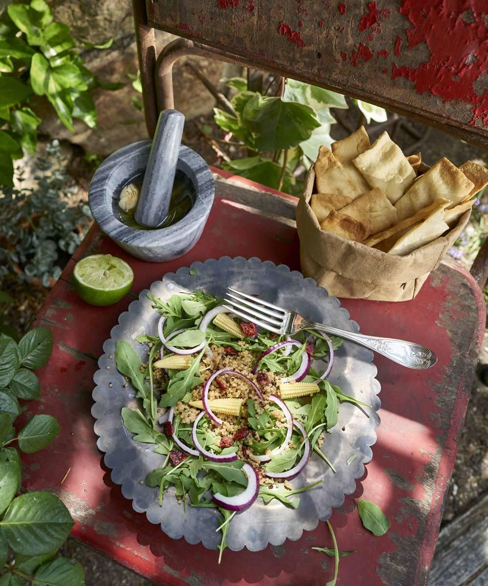 Ensalada de quinoa con rúcula, arándanos y maíz.