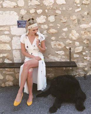 Karlie Kloss con un lazo en la cabeza a conjunto con el vestido