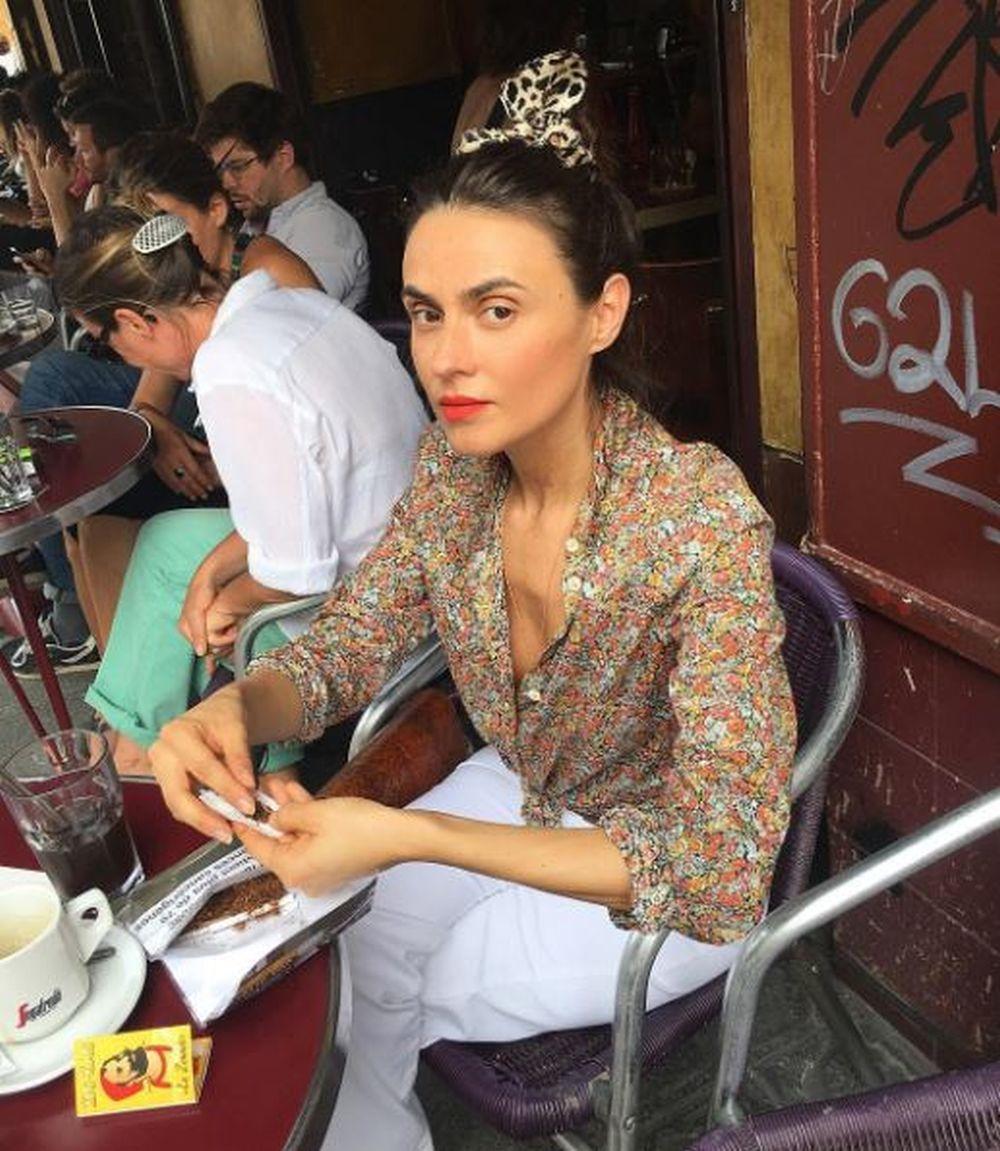 Sophie Arancio con un lazo en su recogido