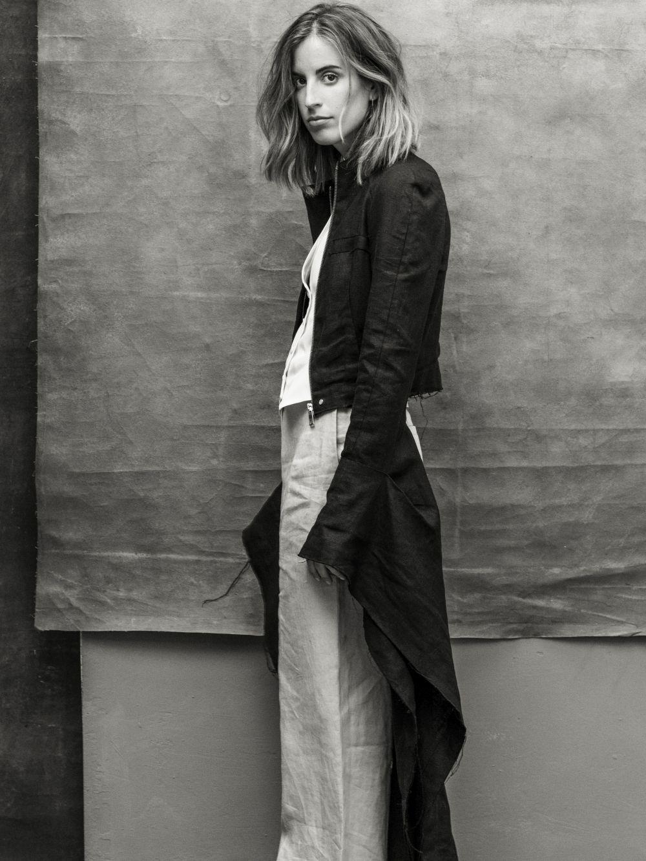 Berta Bernad lleva abrigo y pantalón de LOEWE, chaleco de BERTA...
