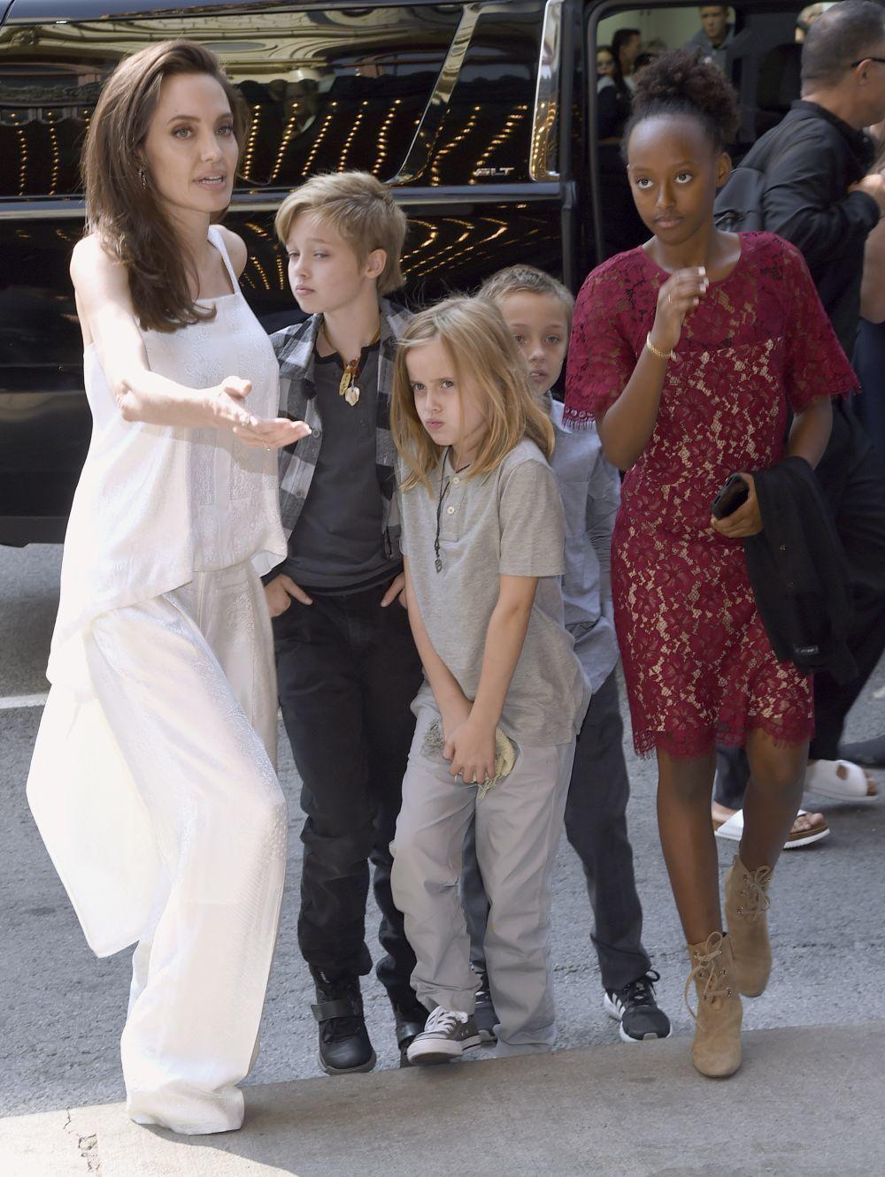 Angelina Jolie y sus hijos a su llegada a Toronto