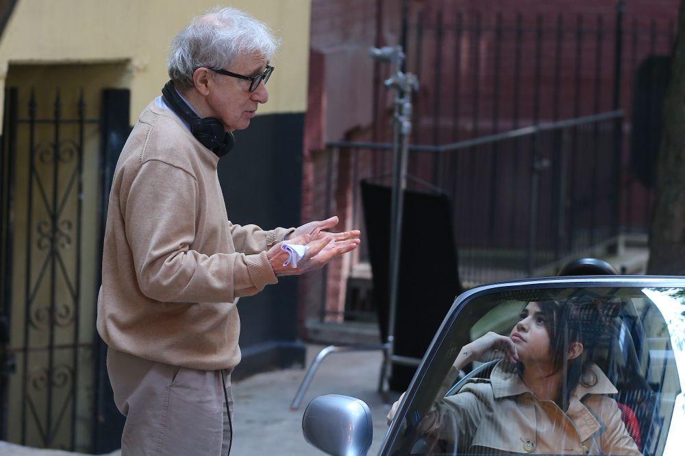 Woody Allen acompaña y dirige a los actores durante el rodaje