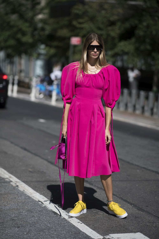 Veronika Heilbrunner, con un vestido rosa fucsia.