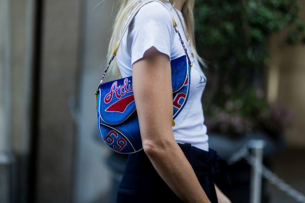 La it girl escoge bolsos con mensaje para este otoño.