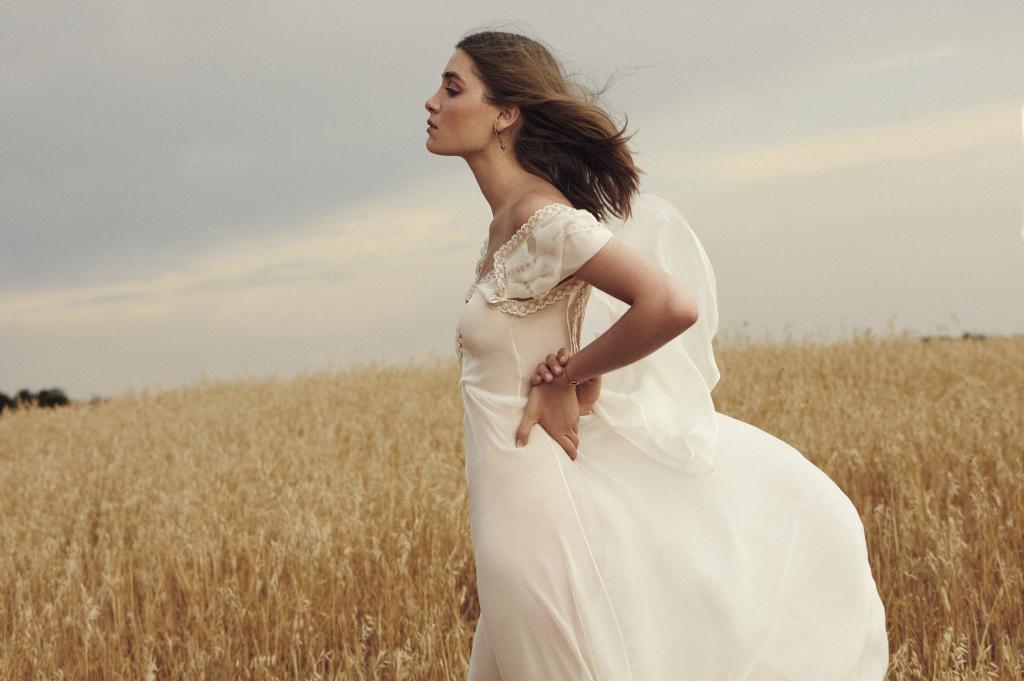 Vestido de seda con bordado, de Beatriz Álvaro, pendientes largos, de...