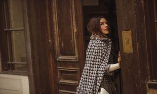 Adriana Ugarte lleva abrigo de pata de gallo, CHANEL; jersey de cuello...