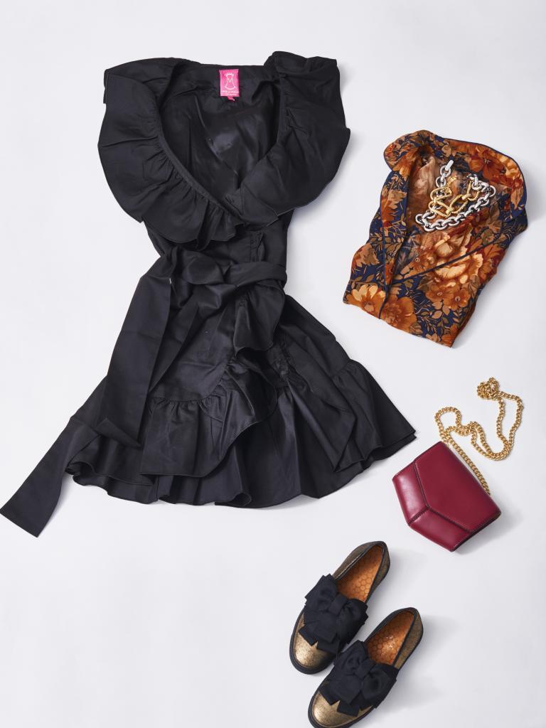 Vestido negro con volantes, de Mira de Marela (65euros) y zapatos...