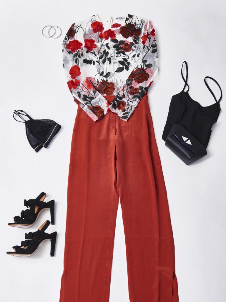 Top de flores, de Gianni (219euros), pantalón de seda color teja, de...