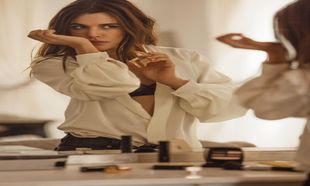 Adriana Ugarte prueba el nuevo perfume de la maison Chanel, Gabrielle...