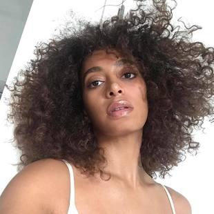 Hasta hace poco, Solange Knowles lucía un cabello castaño al estilo...