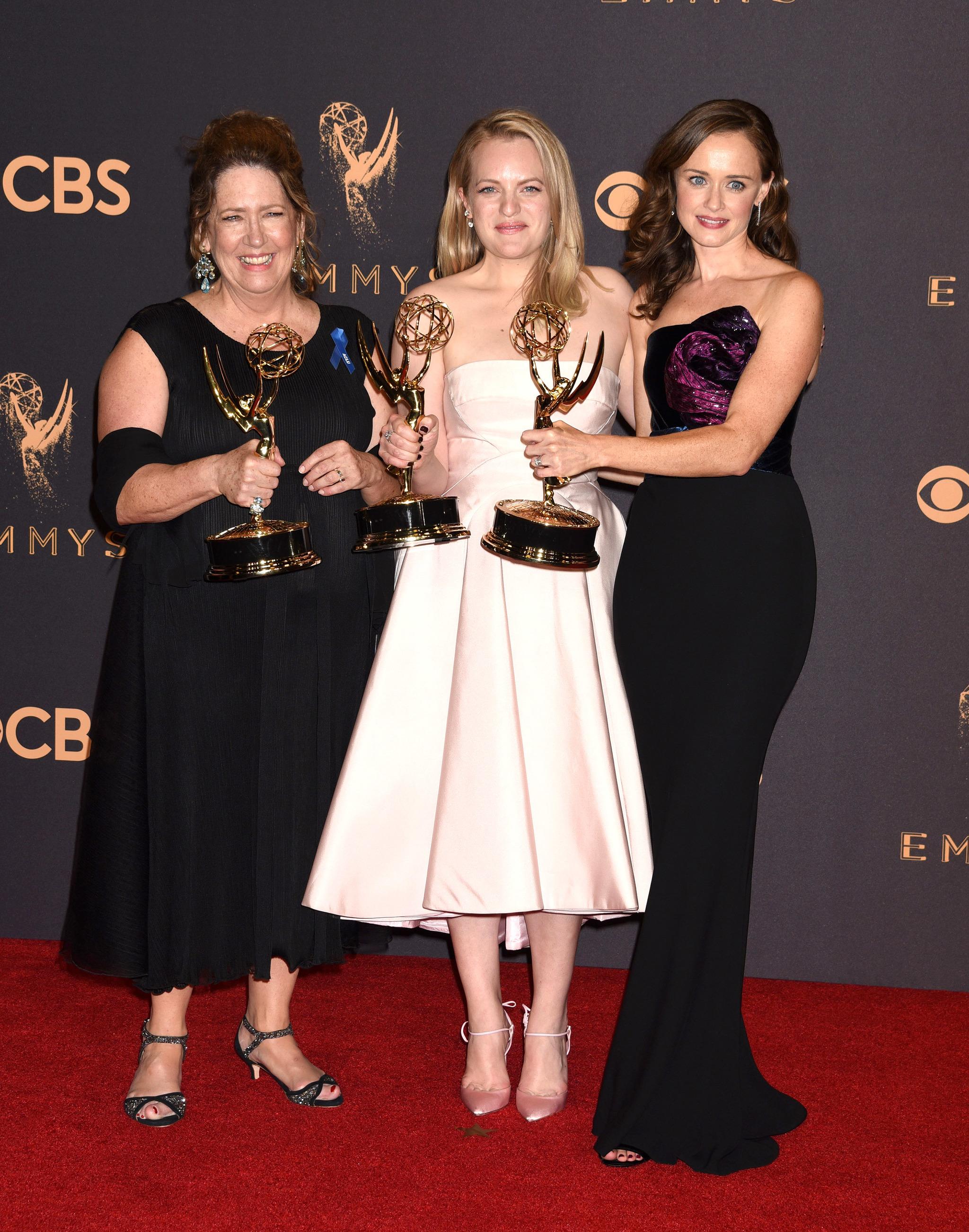 Elisabeth Moss junto a sus compañeras de reparto de The handmaid's...
