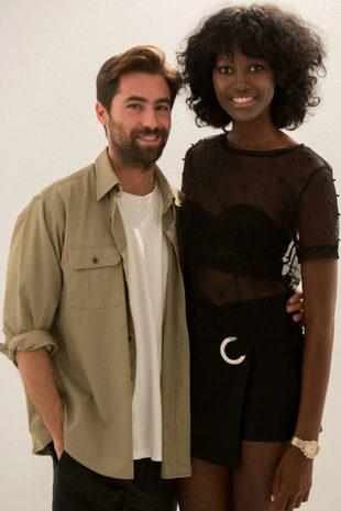 El diseñador Juan Vidal y la modelo Aya Gueye.