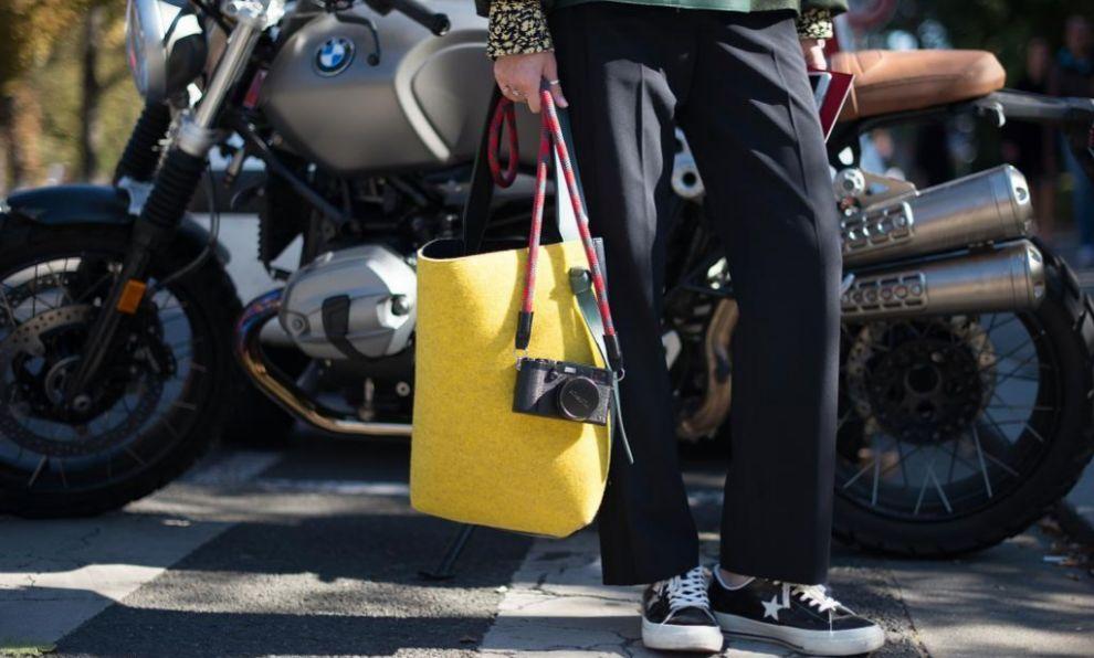 Maxi bolso amarillo visto durante el street style de París.