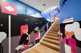 Uno de los muros de Uniqlo realizados por artistas de Barcelona.
