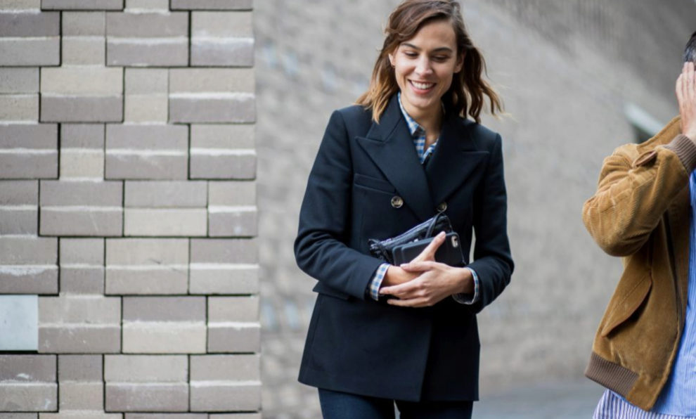 Alexa Chung con blazer durante London Fashion Week