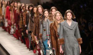 Modelos desfilan en la Milan Fashion Week