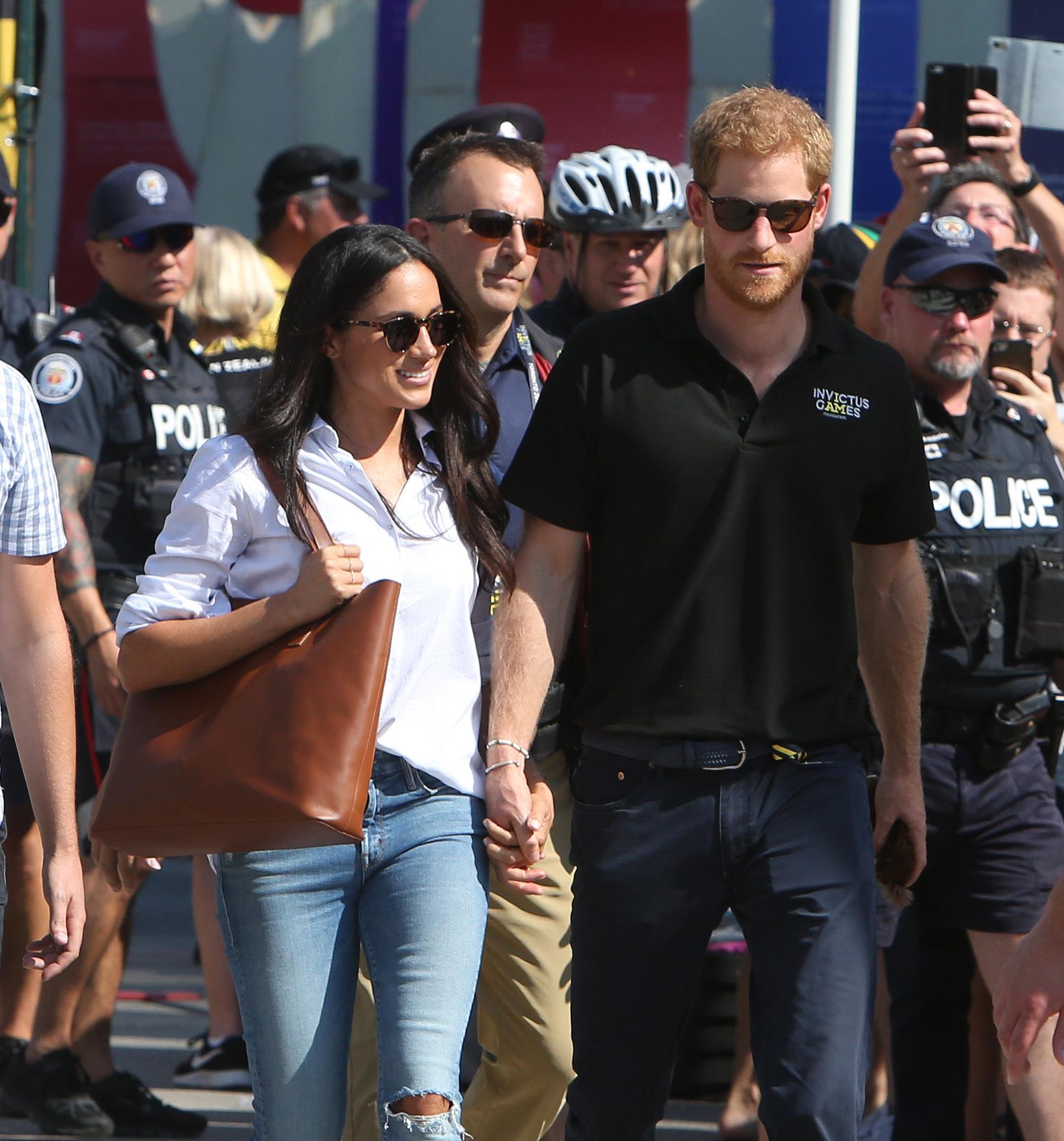 Meghan Markle y el príncipe Harry felices y enamorados por las calles...