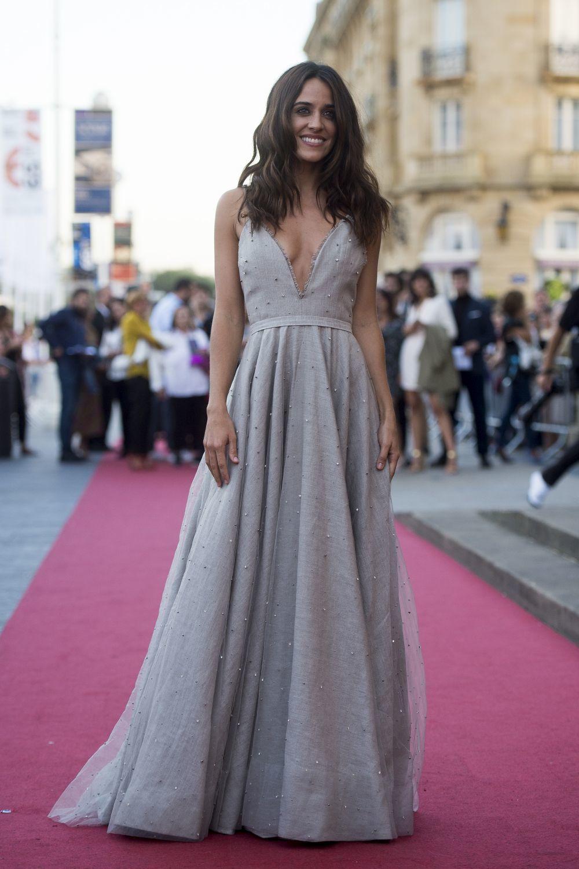 Impresionante Macarena García con un vestido gris perla con escote en...