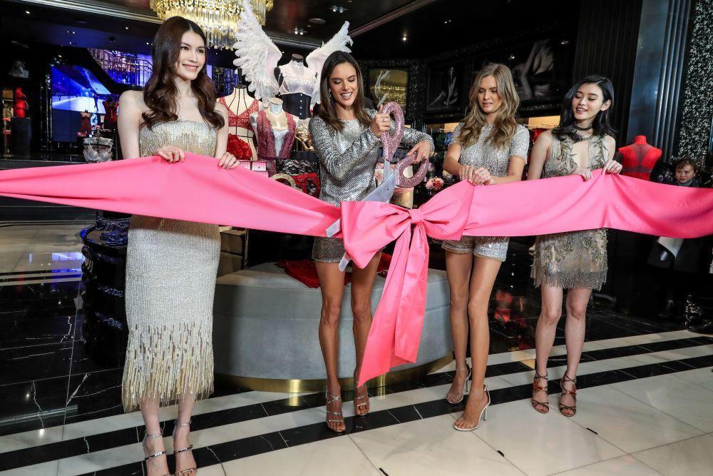 Las modelos Sui, Alessandra Ambrosio, Josephine Skriver y Ming Xi en...