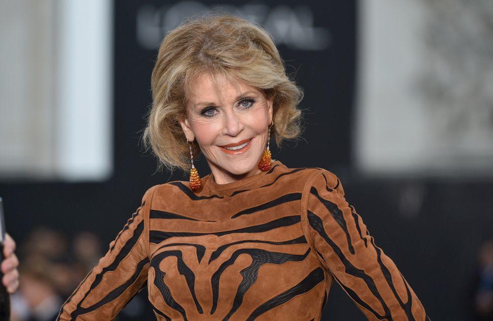 Jane Fonda, con un maquillaje muy luminoso y una piel muy trabajada...